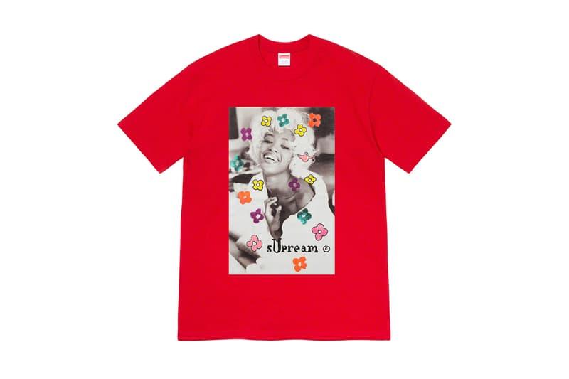 シュプリーム Supreme 2020年春夏コレクション Tシャツ 今回のコレクションの中でも最も注目すべきは、2Pac(トゥパック)のホログラムをフィーチャーした1枚であろう。既にティーザーがアップされており、期待が煽られていたが、ボックスロゴのボクサーブリーフを着用する2Pacの姿がプリントされている。また、女性写真家のPamela Hanson(パメラ・ハンソン)撮影による、1990年代を代表するスーパーモデル Naomi Campbell(ナオミ・キャンベル)のクラシックなポートレート写真と、レジェンドスケーター Mark Gonzales(マーク・ゴンザレス)のイラストを組み合わせたTシャツは、〈Supreme〉でしか実現しえない、スペシャルなプロダクトだ。その他、目を引くタイダイTシャツや、様々なフォントの単語がコラージュされたロングスリーブTシャツなど、同ブランドらしいセンス溢れるプリントが施されたアイテムが展開される。