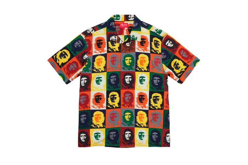 シュプリーム Supreme 2020年春夏コレクション トップス 2019年9月に亡くなったアメリカ人アーティスト Daniel Johnston(ダニエル・ジョンストン)のイラストが全面にプリントされた半袖シャツは、トップスの中では今季を象徴するアイテムといえる。グランジムーブメントにも多大な影響を与えた彼にオマージュを捧げたプロダクトはファンならずとも手に入れておきたいところ。Che Guevara(チェ・ゲバラ)のイラストが全面に配されたシャツや、ブルーのカラーが印象的なキューバシャツなど、キューバに関連したアイテムも登場。タトゥーアーティスト、Keegan Dakkar(キーガン・ダッカー)の作品がプリントされたバスケットボール・ジャージーもユニークな仕上がり。その他にもカラフルな切り替えが施されたラガーシャツや、ニューヨークの街並みが編み込まれたニットなど、〈Supreme〉らしい独自の解釈が施されたアイテムが揃う。