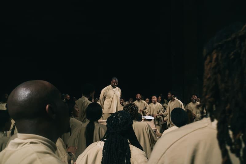 カニエ・ウェスト サンデーサービス Kanye West がパリ・ファッションウィークで Sunday Service を敢行 kanye west sunday service paris fashion week performance photos