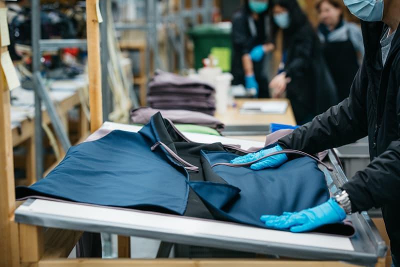 アークテリクス ARC'TERYX が新型コロナウイルスの医療従事者向けに再利用可能なガウンを生産 Arc'teryx Reusable Medical Gown Production Design Green Gray Pattern Arc'One Facility Vancouver British Columbia