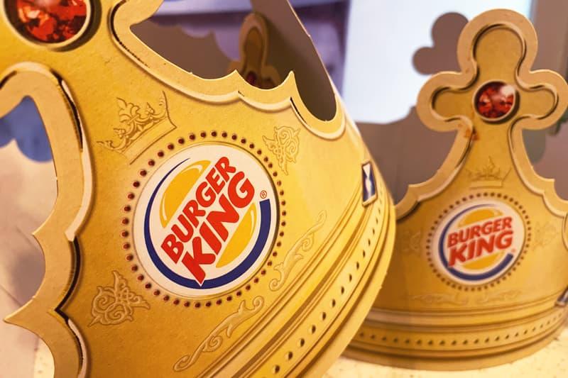 """独バーガーキングが""""ソーシャル・ディスタンス""""を保つために巨大な王冠を配付中 Burger King Giant Crowns for Social Distancing"""