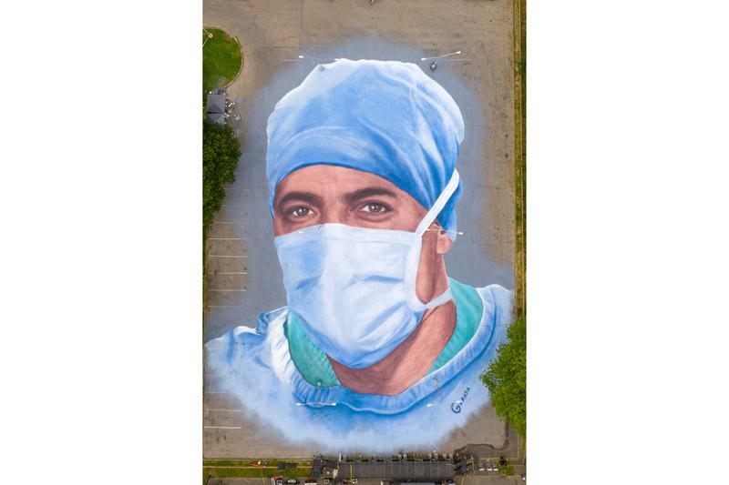 新型コロナウィルス感染症と最前線で闘う医療従事者らにオマージュを捧げた巨大壁画が登場 Jorge Rodriguez-Gerada Doctor Mural COVID-19 Corona Park Queens New York Dr. Ydelfonso Decoo Portrait 'Somos La Luz' 'We Are Light'