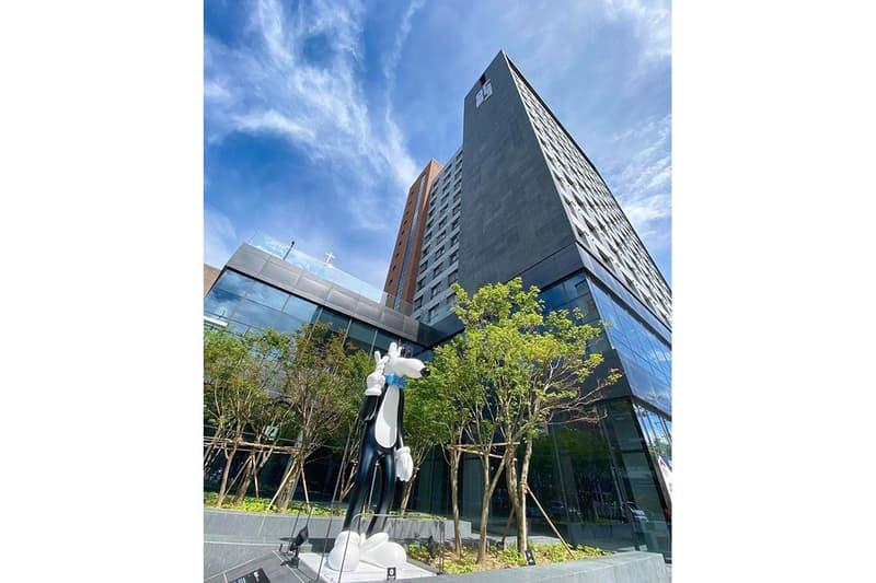 ロサンゼルス拠点のアーティスト Steven Harrington の初となる常設インスタレーションが韓国に登場 Steven Harrington 'Mello' Permanent Sculpture Outdoor Loft One South Korea Aluminum