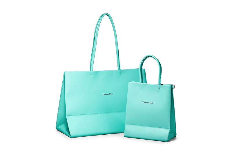 Tiffany & Co. のアイコニックなショッパーがレザーのトートバッグに Tiffany & Co. Converts Its Iconic Gift Bag Into Premium Leather Totes