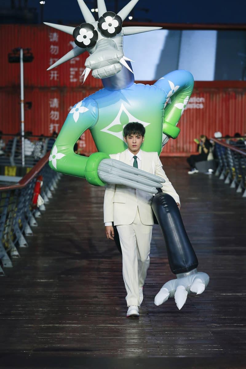 ルイ・ヴィトン Virgil Abloh(ヴァージル・アブロー)の手がける〈Louis Vuitton(ルイ・ヴィトン)〉が、中国・上海にて2021年春夏シーズンのプレゼンテーションを開催。 Louis Vuitton Spring/Summer 2021 Collection Runway ss21 virgil abloh mens menswear shanghai Zoooom friends video watch presentation show upcycling recycle lv design message in a bottle