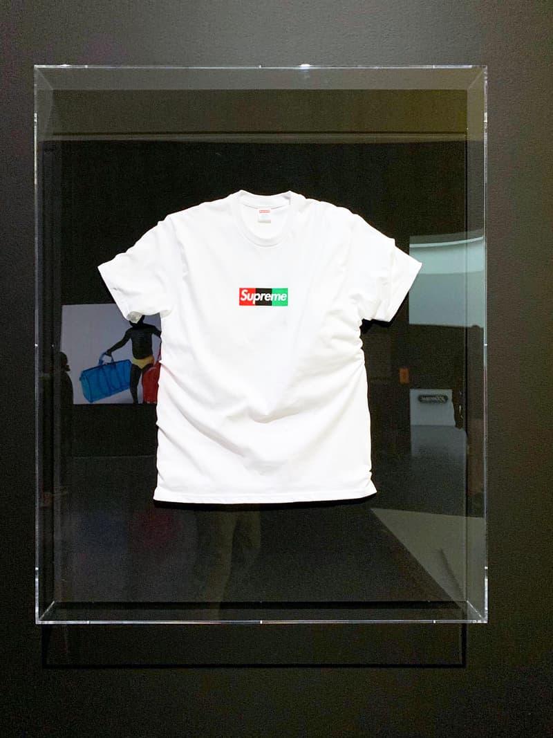 버질 아블로의 슈프림 박스 로고 티셔츠, 전시 '피겨스 오브 스피치'를 통해 공개