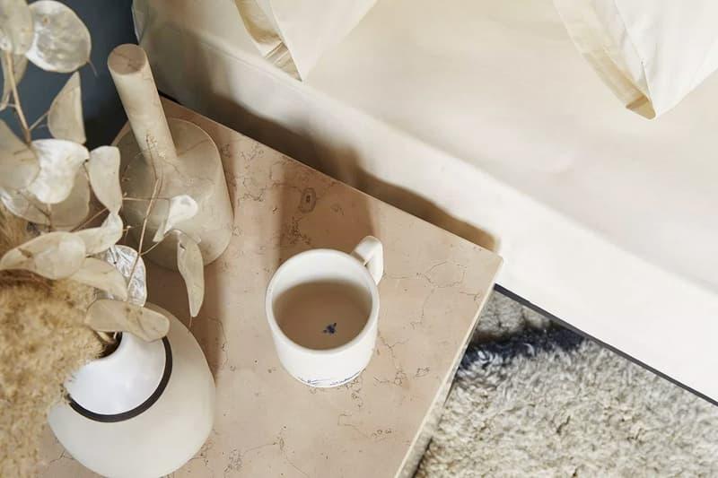 침대 커버, 담요, 그릇, 욕실용품 등이 포함된 오프 화이트 홈 컬렉션